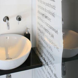 Pomysł na ścianę w łazience: na ścianie przy umywalce inspirują zapisane słowa Desideraty. Proj. Marta Kruk. Fot. Bartosz Jarosz