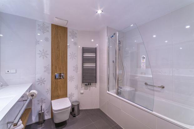 Aranżując naszą łazienkę, musimy mieć świadomość, że pewne elementy wyposażenia po prostu muszą w niej być. Ceramika łazienkowa to jedno. A jeśli zależy nam na ciepłym, przyjemnym pomieszczeniu to czas pomyśleć o grzejniku.