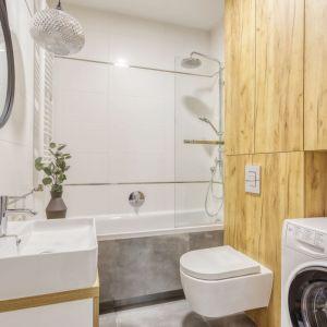 Wanna z parawanem w małej łazience. Proj. Deer Design Pracownia Architektury, deerdesign.pl