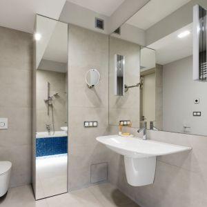 Szara łazienka przy sypialni ożywiona błękitem. Proj. Magdalena Lehmann. Fot. Bartosz Jarosz