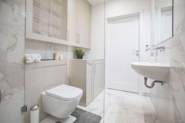 W łazience przechowujemy mnóstwo rzeczy i tylko niektóre z nich, jak na przykład kosmetyki w ładnych opakowaniach czy ręczniki, mogą leżeć na widoku. Resztę warto mieć gdzie schować.Gdzie je umieścić, radzi architekt wnętrz Małgorzata G�