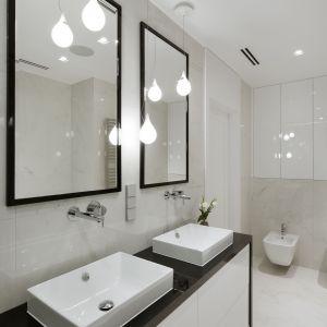 Schowki w łazience: szafki pod umywalką i we wnęce nad instalacją sedesu podwieszonego zapewniają wystarczającą ilość miejsca na trzymane w tym pomieszczeniu rzeczy. Proj. Małgorzata Górska-Niwińska, Pracownia Architektoniczna MGN.