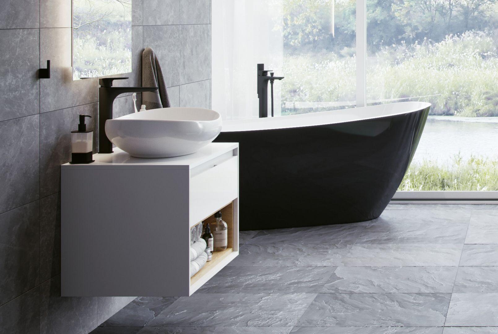 Spójna koncepcja aranżacji łazienki z czarnymi akcentami: czarne baterie umywalkowa i wannowa z serii Keria oraz wanna Comfort. Fot. Excellent