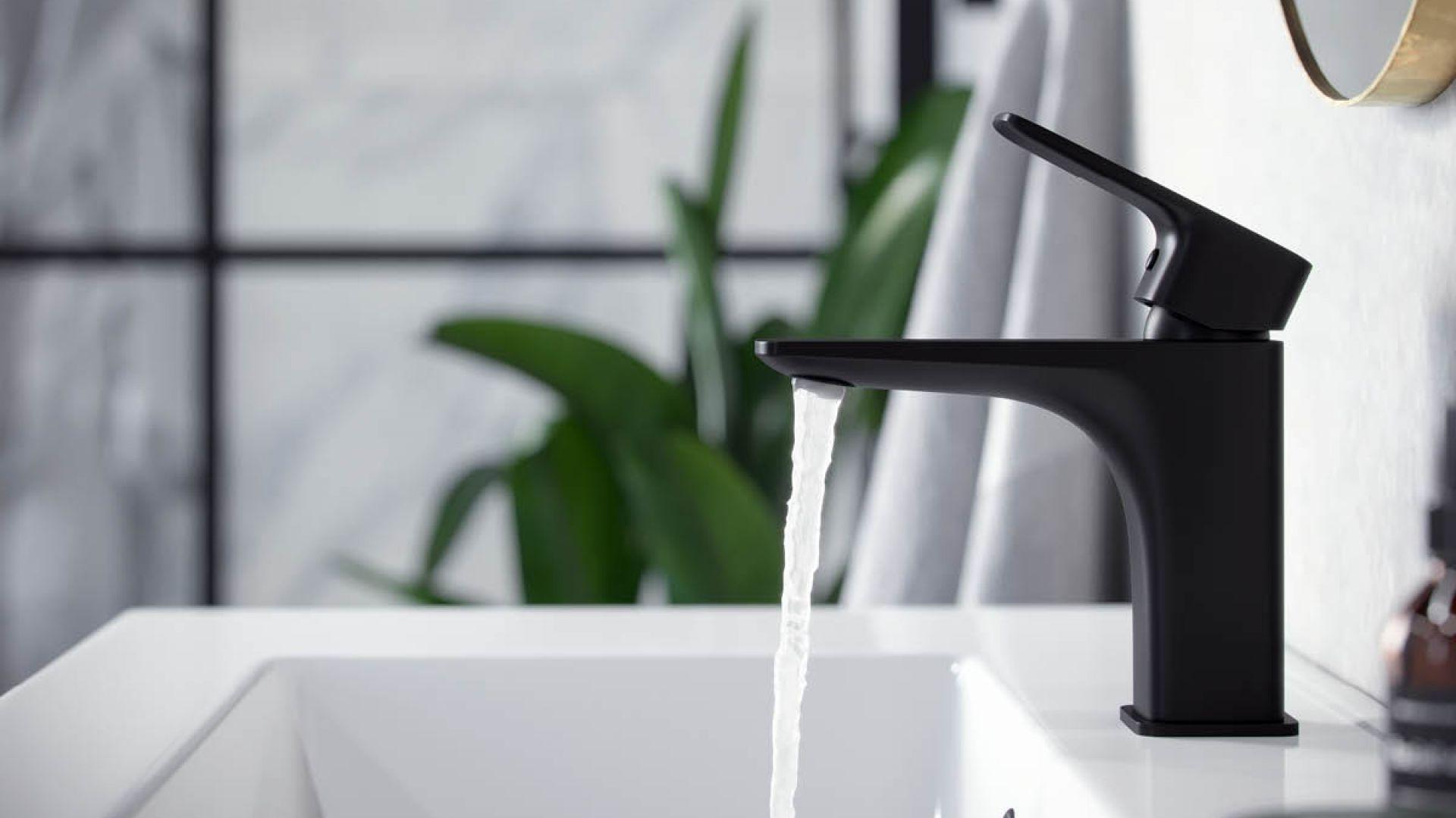 Czarna bateria umywalkowa stojąca z serii Keria. Fot. Excellent