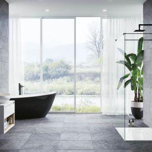 Aranżacja nowoczesnej łazienki z akcentami w najmodniejszym kolorze tego sezonu - czerni. Fot. Excellent