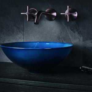Kolorowa umywalka w wykończeniu Aqua Deep Blue marki Alape. Fot. Alape