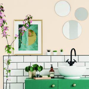 Metamorfoza łazienki z farbą Beckers w kolorze Apricot. Fot. Beckers
