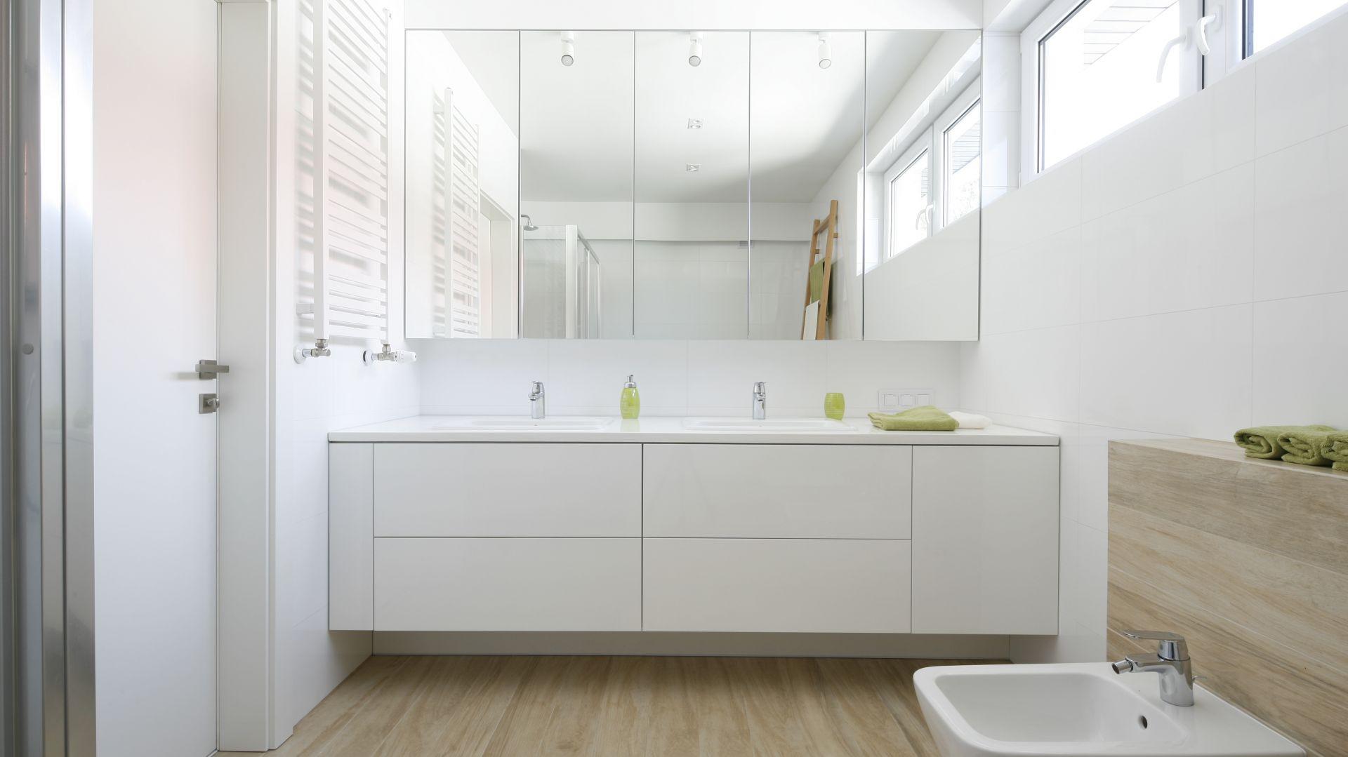 Aranżacja łazienki ze strefą umywalki dla dwojga. Proj. Joanna Ochota. Fot. Bartosz Jarosz