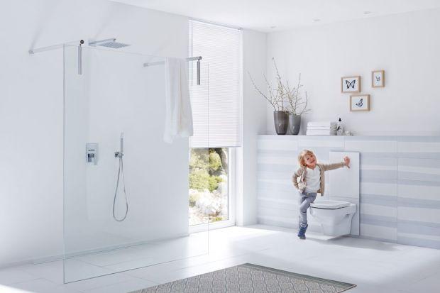 Łazienka przyjazna dziecku to nie tylko kolorowe zabawki umilające czas kąpieli. Liczy się przede wszystkim bezpieczeństwo i dobór odpowiednich rozwiązań sanitarnych, które sprawią, że kilkulatek stanie się bardziej zaradny. Na co w szczególn