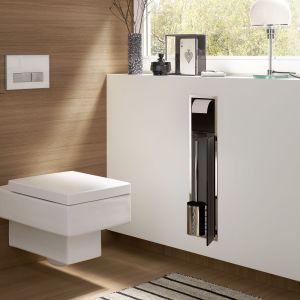 ASIS 150 – wbudowany w ścianę moduł łazienkowy w.c. ze schowkiem na przechowywanie szczotki toaletowej i papieru toaletowego; dostępne białe i czarne fronty. Marka Emco. Fot. Emco