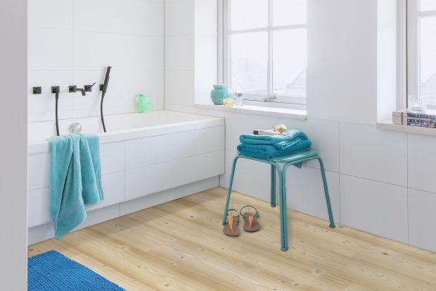 Czym wykończyć podłogę w łazience? Płytki ceramiczne są bez wątpienia świetnym wyborem, ale warto rozważyć także inne opcje. Wśród nich ciekawym rozwiązaniem są panelelaminowane.