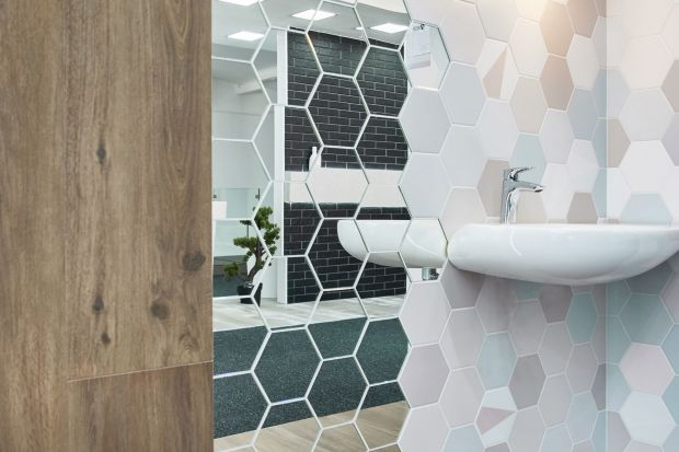 Ścianę w łazience udekorować możemy na wiele różnych sposobów. Zdecydowanie jednym z ciekawszych są lustrzane płytki.