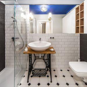 Pomysł na ścianę w strefie umywalki. Proj. Pracownia KODO. Fot. Materiały prasowe KODO