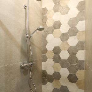 Pomysł na ścianę w strefie prysznica. Proj. Katarzyna Moraczewska, Barbara Przasnyska. Fot. Bartosz Jarosz