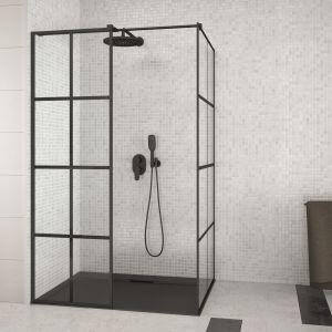 Kabina prysznicowa typu walk-in z czarnymi profilami i dekorem szprosów na szkle Excea marki Besco. Fot. Besco