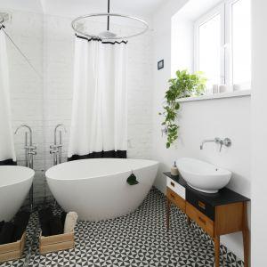Biała łazienka w stylu retro. Proj. Ewelina Pik. Fot. Bartosz Jarosz