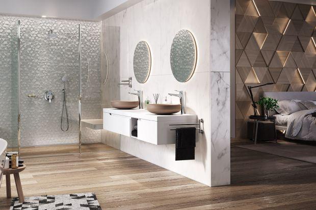 Na przestrzeni ostatnich kilku lat zmieniła się rola łazienki, która przestała być już tylko pomieszczeniem sanitarnym, a stała się domową oazą relaksu. Zobaczcie gotowy pomysł na urządzenie takiej strefy wypoczynku połączonej z sypialnią.