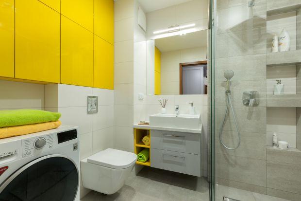 To główna łazienka w mieszkaniu pięcioosobowej rodziny, która projektowana była z myślą o wygodzie każdego z domowników. Ważne było także wprowadzenie barwnych akcentów, bo rodzina uwielbia kolory we wnętrzach oraz dobranie materiałów pod
