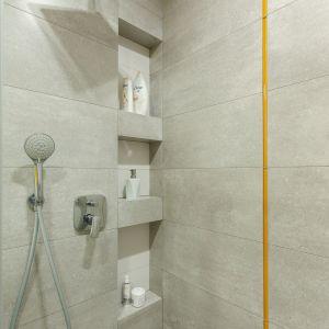 Mała łazienka dla rodziny ożywiona kolorem. Proj. Justyna Mojżyk. Fot. Monika Filipiuk-Obałek