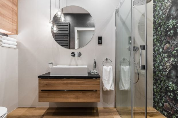 Lustro to ważny element wystroju łazienki, który może przyjmować różne formy. Od kilku sezonów modne są lustra okrągłe - zobaczcie jak prezentują się w zrealizowanych łazienkach.