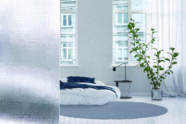 Łazienka z sypialnią to coraz popularniejsze rozwiązanie aranżacyjne. Chcąc wydzielić przestrzeń w domowej oazie relaksu warto postawić na trwałe i ponadczasowe szkło ornamentowe.