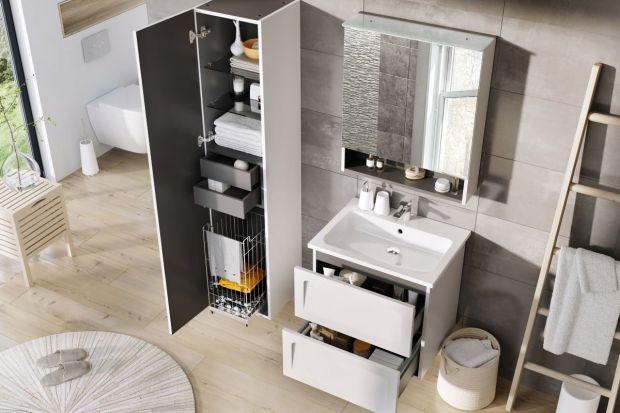 W małej łazience liczy się każdy centymetr przestrzeni. Dlatego też tak istotne jest to, jak przechowywać będziemy wszelkie akcesoria, kosmetyki czy drobne sprzęty AGD. Całe szczęście na rynku dostępnych jest obecnie wiele rozwiązań, ułatwi