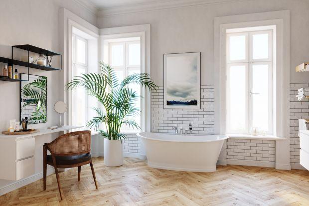 Łazienka w starej kamienicy ma niewątpliwie swoje atuty. Wśród nich warto wymienić wysokie sufity i nierzadko ogromne okna. Pozytywem będzie także spory metraż takiego wnętrza. Po drugiej stronie – co również się zdarza – w kamienicach zna