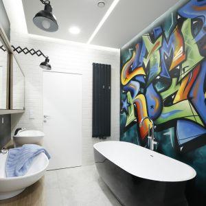 Pomysł na kolor w łazience. Proj. Dariusz Grabowski. Fot. Bartosz Jarosz