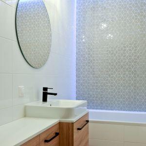 Szara łazienka. Na zdjęciu mozaika Diamond, Grey Star z kolekcji Modern. Fot. Raw Decor