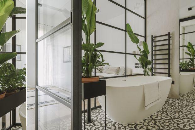 Łazienka połączona z sypialnią lub z nią sąsiadująca to coraz popularniejsze rozwiązanie. Zobaczcie ciekawy wariant z przeszkleniami, jaki zaproponowali swoim klientom architekci!