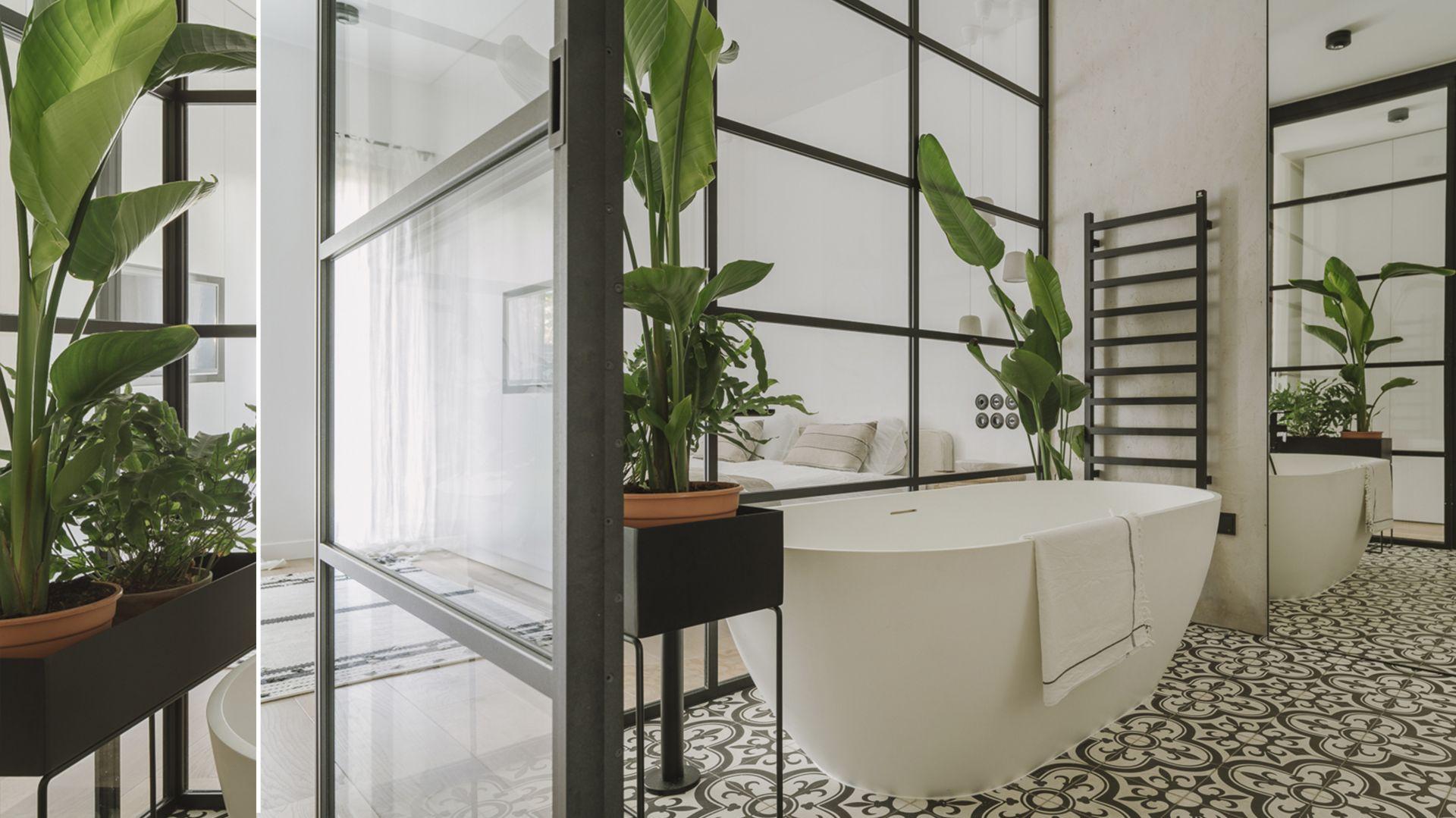 Przeszklona łazienka przy sypialni. Proj. Studio.O. Fot. Materiały prasowe Studio.O.