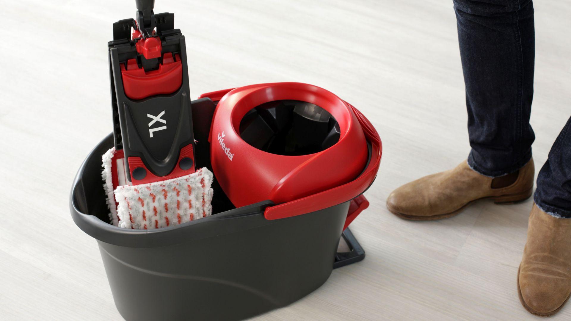 W przeciwieństwie do zwykłego mopa, Ultramat Turbo ma teraz rozmiar XL i zapewnia 25% więcej kontaktu z podłogą. Dzięki temu czyszczenie jest bardzo wydajne.  Fot. Vileda