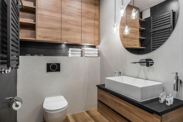 Kolor i rysunek drewna to sprawdzony sposób na wizualne ocieplenie wnętrza i nadanie mu eleganckiego charakteru. Zobaczcie jak zrobić to w łazience!