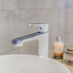 Bateria umywalkowa z serii Alea w białym kolorze. Fot. Laveo