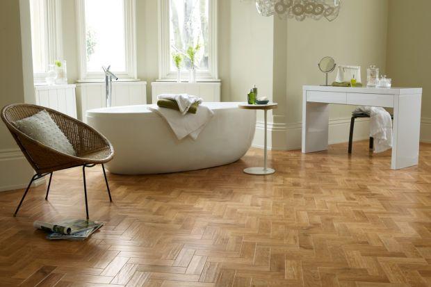 Podłogę w łazience możemy wykończyć nie tylko płytkami. Świetnym sposobem są odporne na wilgoć i wytrzymałe panele winylowe.