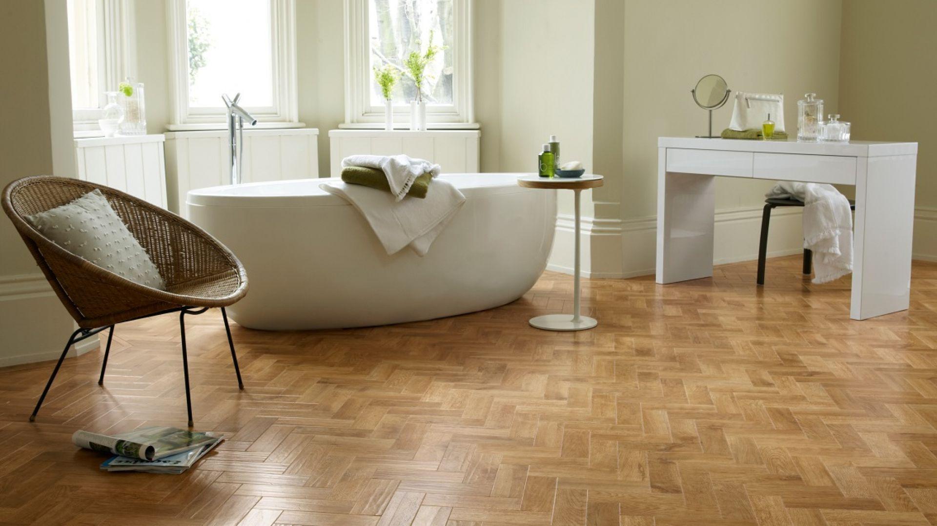 Podłoga w łazience: panele winylowe marki Designflooring. Fot. Dekorian Home