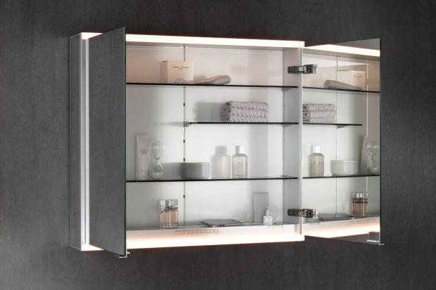 Funkcjonalna łazienka powinna być wyposażona w praktyczne meble, najlepiej takie, które oferuje kilka funkcji w jednym produkcie. Świetnym przykładem może być ta szafka lustrzana.