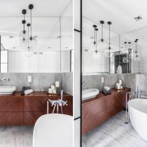 Szara łazienka ocieplona drewnem. Proj. Decoroom. Fot. Marta Behling/Pion Poziom