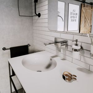 Designerska łazienka w stylu industrialnym - gotowy pomysł na aranżację. Na zdjęciu armatura z serii Algeo Square i akcesoria z kolekcji Grace. Fot. Ferro