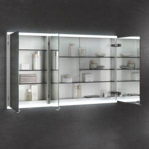 Lustrzana szafka Royal Modular 2.0. marki Keuco oferuje liczne praktyczne półki różnej wysokości, gniazdko prądowe oraz oświetlenie o różnej temperaturze światła. Fot. Keuco
