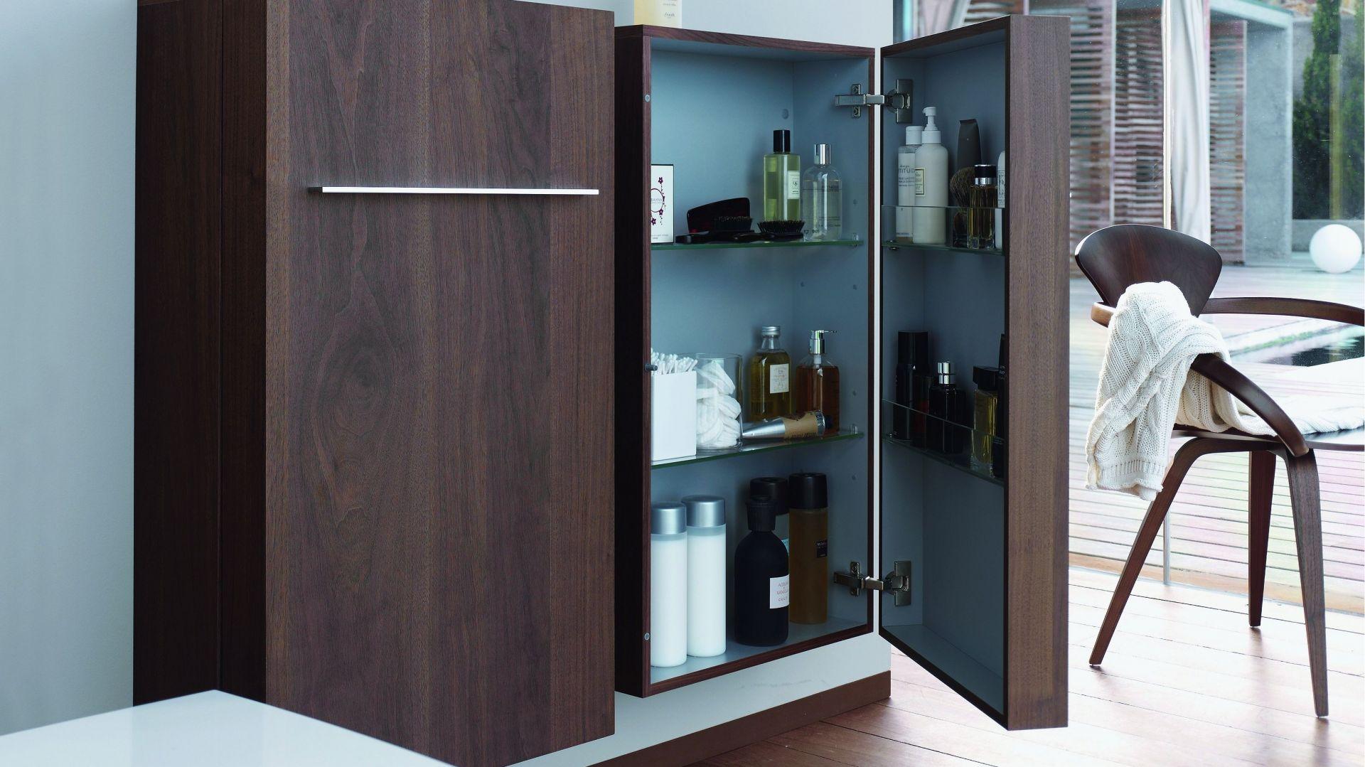 Szafka łazienkowa Fogo marki Duravit ma drzwiczki wyposażone w praktyczne dodatkowe półki, tak aby przechowywane przedmioty były łatwo dostępne. Fot. Duravit