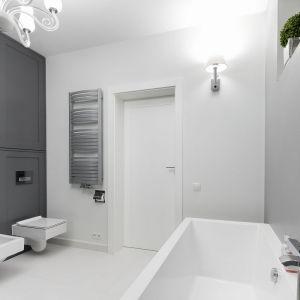 Pomysł na fronty meblowe w łazience: matowe fronty. Proj. Ewelina Pik, Maria Biegańska. Fot. Bartosz Jarosz