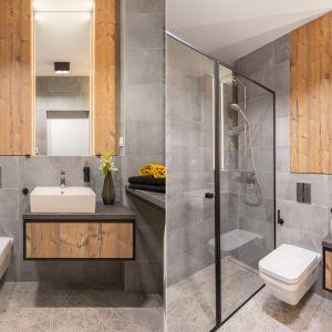 Pomysł na fronty meblowe w łazience: pionowy rysunek drewna w rustykalnym stylu. Proj. Decoroom. Fot. Materiały prasowe Decoroom
