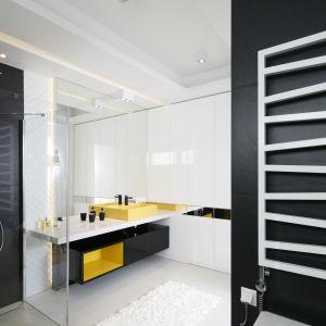 Pomysł na fronty meblowe w łazience: fronty na wysoki połysk. Proj. Agniesza Hajdas-Obajtek. Fot. Bartosz Jarosz