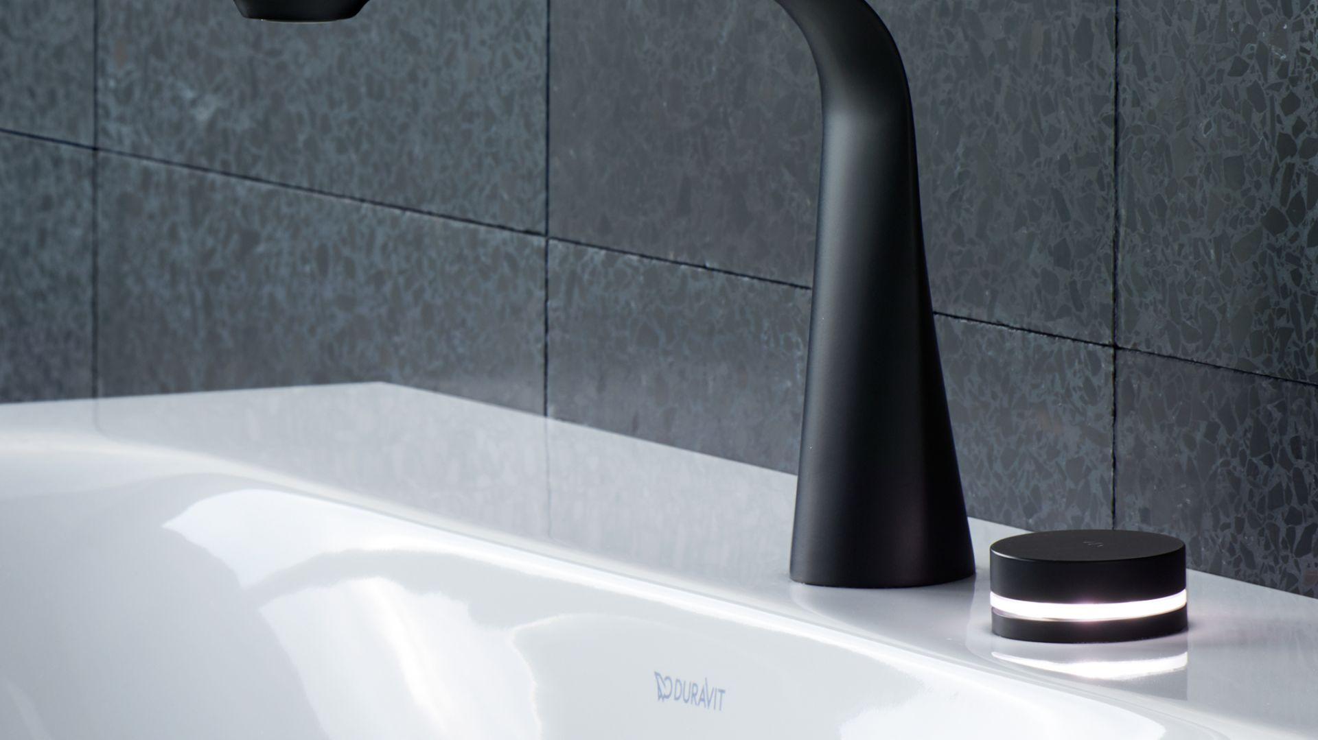 Elektroniczna bateria umywalkowa D.1e marki Duravit z pokrętłem zamiast uchwytu zintegrowanym z pierścieniem LED. Fot. Duravit