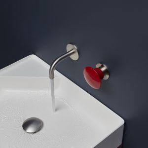 Oryginalna bateria umywalkowa z czerwonym przyciskiem Mayday marki Antoniolupi. Fot. Antoniolupi