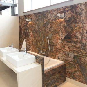 Naturalny kamień w łazience: marmur Crema Marfil. Fot. Interstone