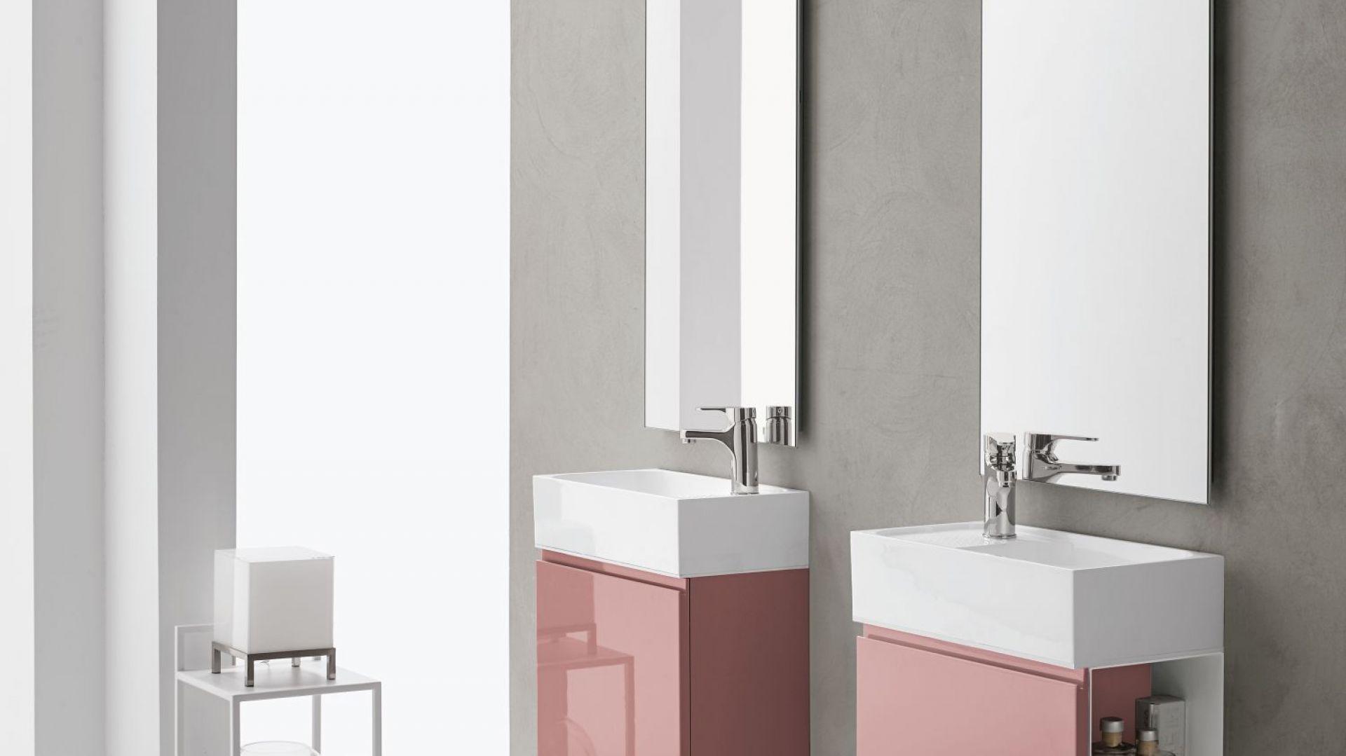 Meble łazienkowe z kolekcji Uniko marki Artesi z frontami w kolorze koralowym. Fot. Artesi
