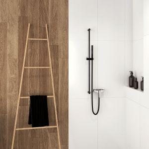 Modna strefa prysznica. Na zdjęciu czarna armatura Hiacynt z drążkiem prysznicowym Karbo marki Deante. Fot. Deante
