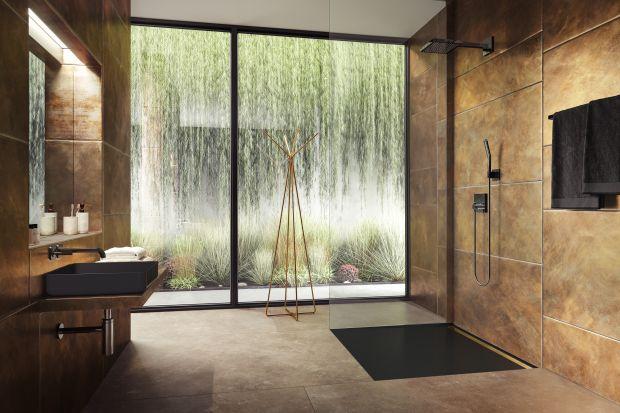 Chcąc urządzić nowoczesną strefę prysznica na czasie, sięgnijmy po czerń. Ten kolor króluje w aranżacjach wnętrz w tym sezonie, doda pazura naszej aranżacji, ale także oprze się upływowi czasu.